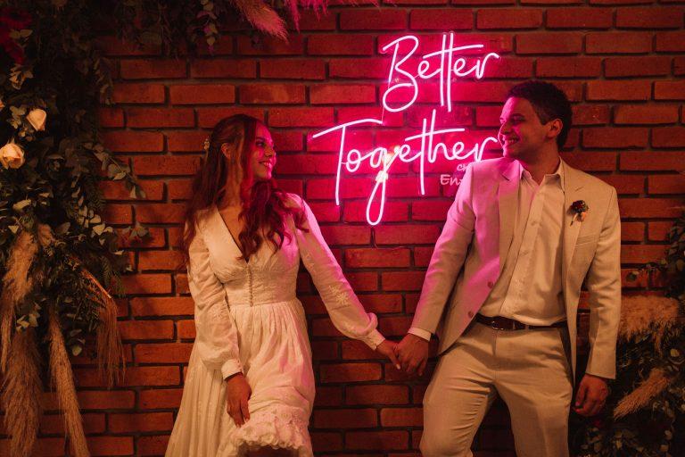 Casamento folk com cerimônia ao ar livre em tarde radiante no Chalé Enfesta – Larissa & Iury