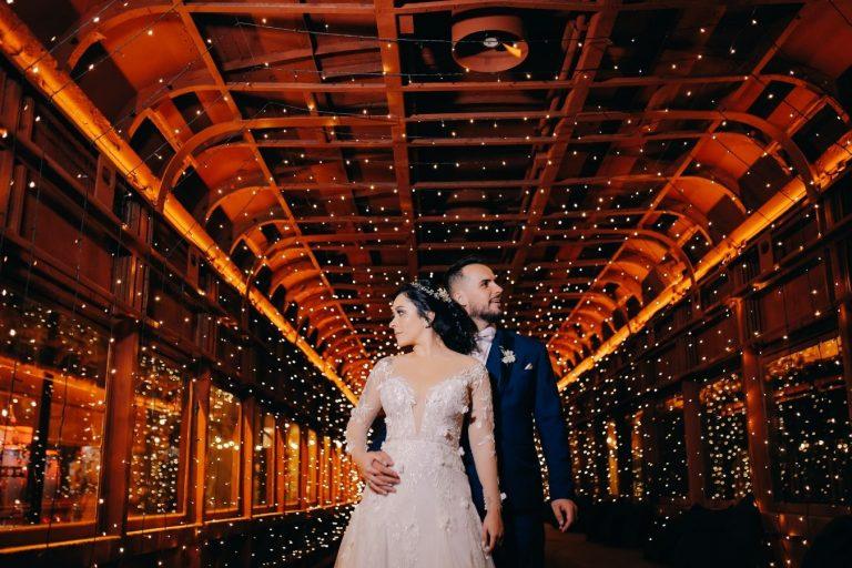 Casamento industrial numa noite com céu estrelado encantador na Estação 840 – Camila & Jordão