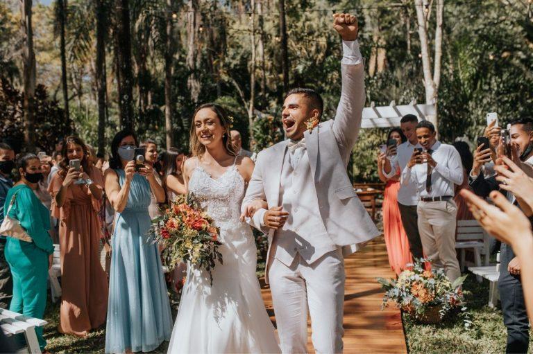 Casamento tropical no campo numa manhã iluminada e deslumbrante em Brasília – Clara & João