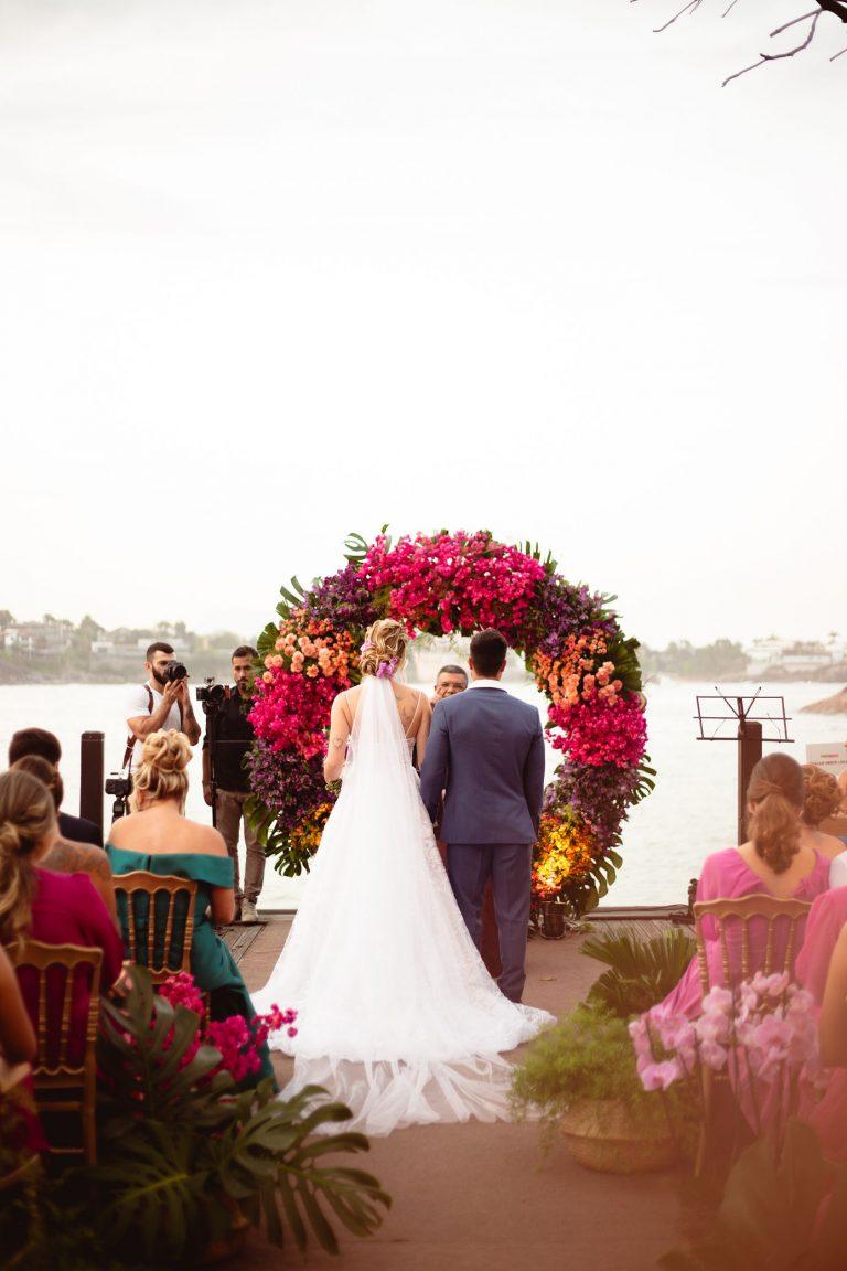 Casamento colorido com vista para o mar num final de tarde encantador no Espírito Santo – Thiellen & Henrique
